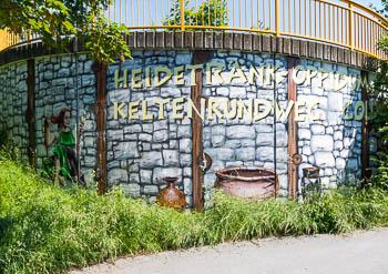 Taunus wandern: Mit diesem Grafitti kündigt sich der Keltenrundweg bereits an.