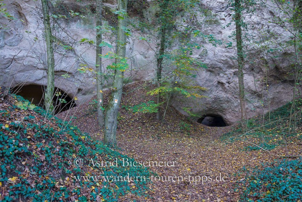 Die Wanderung zur Wolfsschlucht (Eifel) und zum Laacher See führt auch durch diese Trasshöhlen,