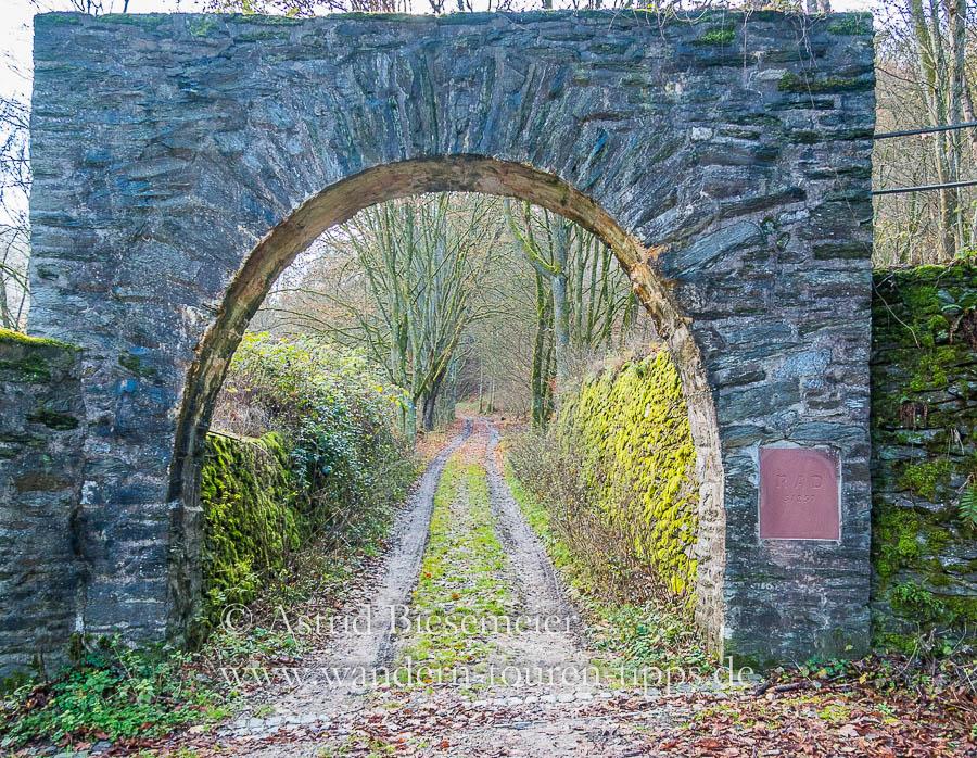 Auf dem Wispertalsteig wandert man durch das Tor des ehemaligen RAD.