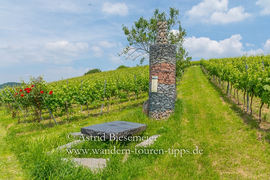 """Wandern Bergstraße: Rundweg """"Wein und Stein"""" in Heppenheim lädt zur Rast bei einer Flaschen-Skulptur aus Stein ein."""