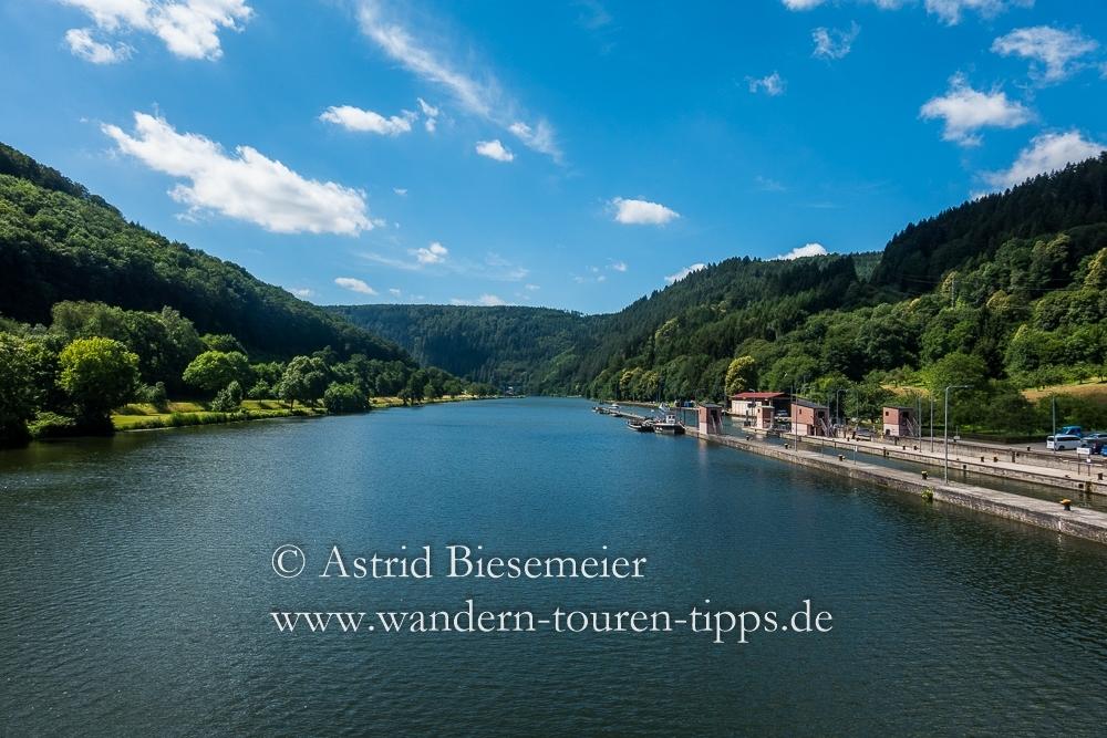 Zwei schöne Neckarsteig-Etappen wandern in einer: über den Neckar
