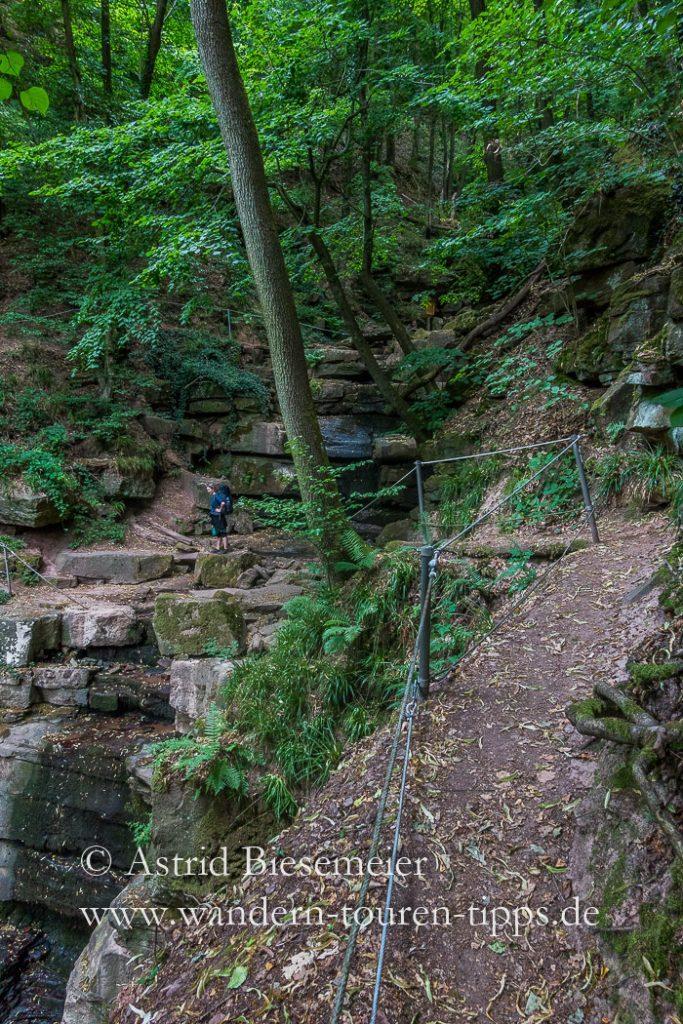Zwischen den Felsen der Margarethenschlucht wirken Menschen ganz klein.
