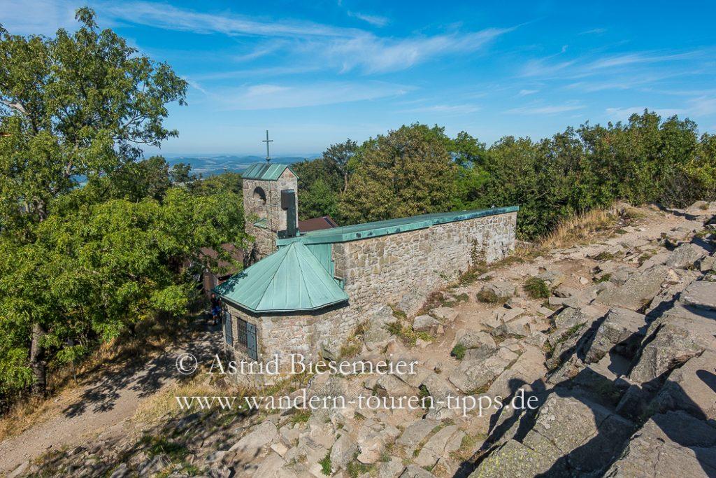Blick vom Gipfel der Milseburg auf die kleine Wallfahrtskapelle Gangolfskapelle.
