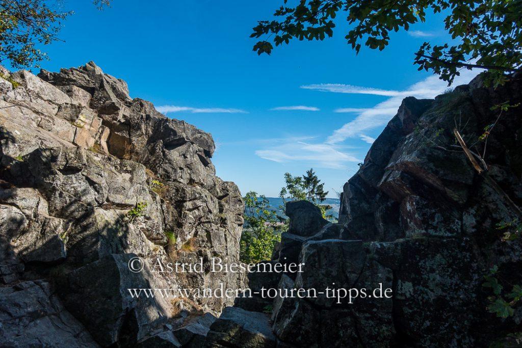 Die Milseburg-Wanderung führt immer wieder vorbei am Vulkanischen Erbe der Milseburg