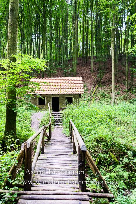 Wer durch die Rückersbacher Schlucht im Spessart wandert, trifft auf das sogenannte Hexenhäuschen.